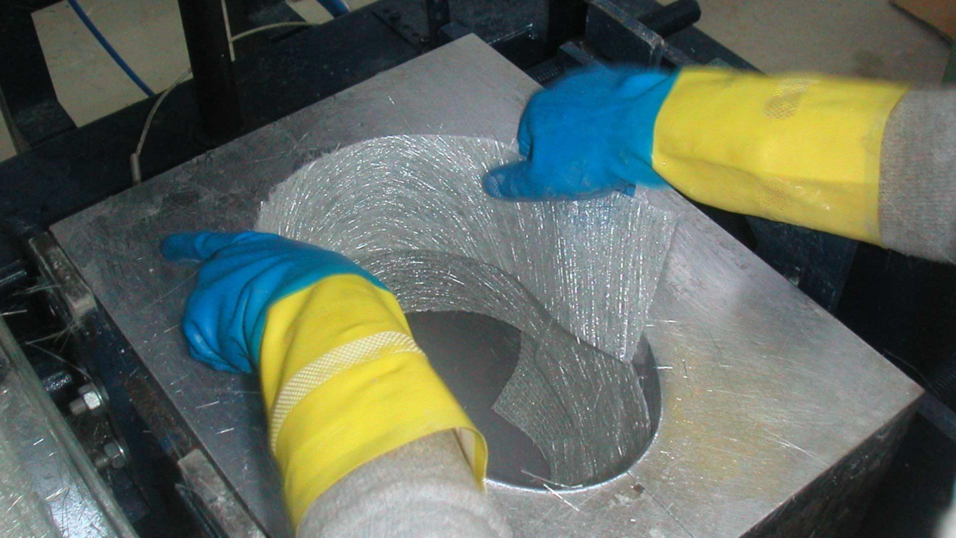 ヘルメット本体のシェルはグラスファイバー製
