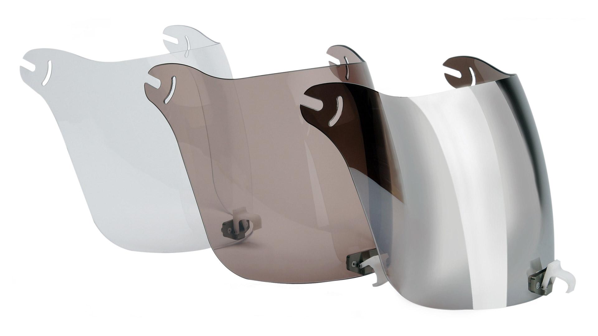 標準装備のバイザーはロールバーに固定可能。高速フライトでも安心です。